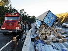 Caminhão carregado de detergentes tomba em rodovia de Itatiba