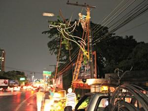 Equipes da Eletrobrás retiram galhos de árvores de fiação (Foto: Sérgio Rodrigues/ G1 AM)