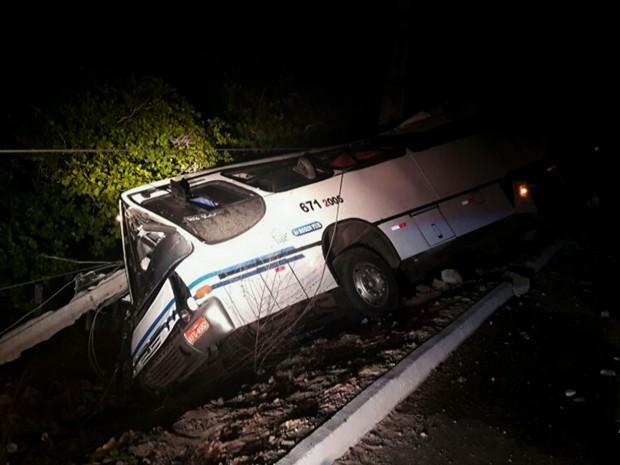 Ônibus tomba, derruba poste e deixa cidade sem energia (Foto: TV Verdes Mares/Reprodução)