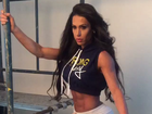 Gracyanne Barbosa posa de perfil e surpreende por cintura e bumbum