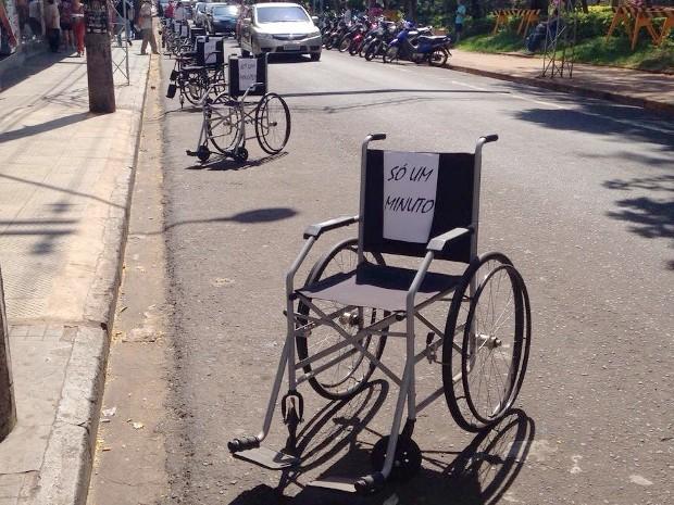 Manifestantes estacionaram cadeiras nas ruas de Jaú (Foto: Giuliano Tamura/TV TEM)