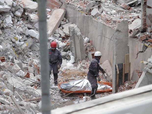 Bombeiros encontram na tarde desta quinta-feira (5) o corpo do operário Edenilson de Jesus dos Santos, 24, vítima do desabamento de um prédio de cinco andares em Guarulhos (SP). (Foto: Beto Martins/Futura Press/Estadão Conteúdo)