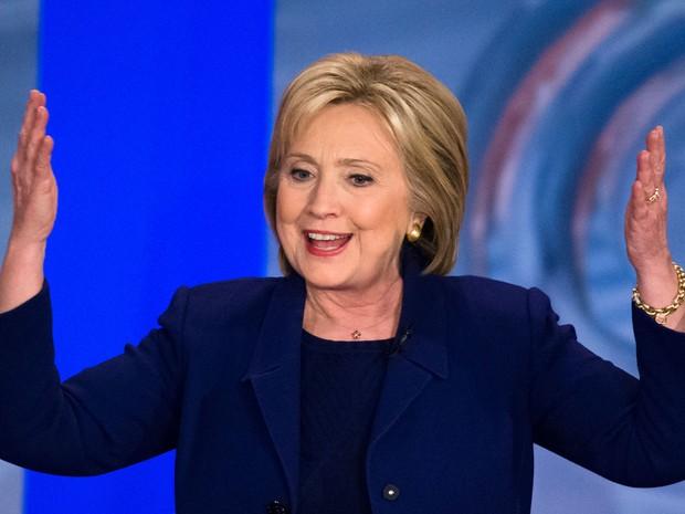 Ex-primeira-dama Hillary Clinton discursa durante emissão na CNN, na quarta-feira (3) (Foto: John Minchillo/AP)
