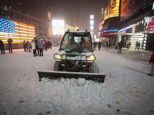 Neve se acumula na Times Square; governadores de Nova York e Nova Jersey declararam estado de emergência (Foto: Carlo Allegri/Reuters)