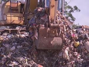 Prefeitura deixou lixo acumular e agora é multada por Cetesb (Foto: Reprodução/ TV TEM)