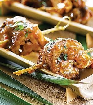 Espetos de frango picante com manga caramelizada (Foto:   )