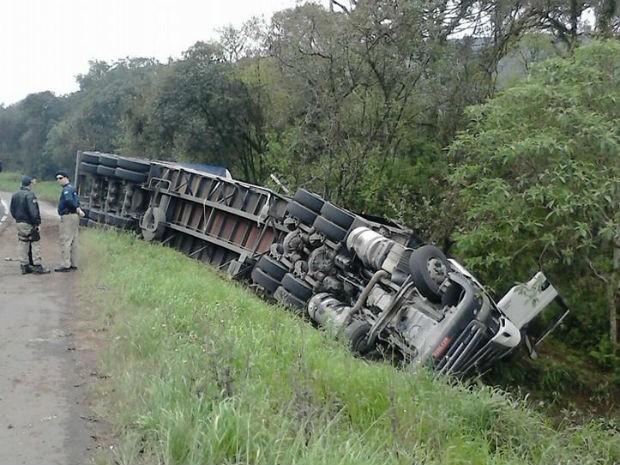 Caminhão tombou na manhã desta sexta-feira (11), em General Carneiro (Foto: Cristiano Ferreira)