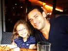 Fred, do Fluminense, curte almoço de Páscoa com a filha