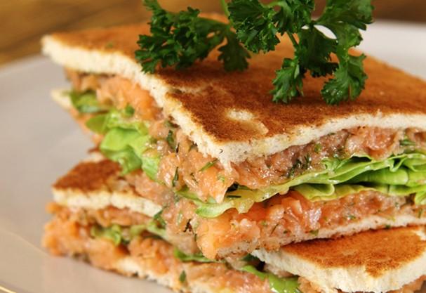 Aprenda a fazer panini recheado com salmão e temperos variados