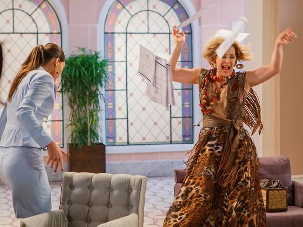 Samantha entra em pânico ao ver sapo solto pela sala (Foto: Artur Meninea/Gshow)