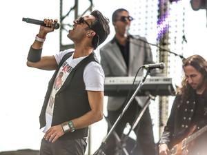 Vocalista do Double You, William Naraine, durante apresentação no palco Perry, neste sábado (30) (Foto: Raul Zito/G1)