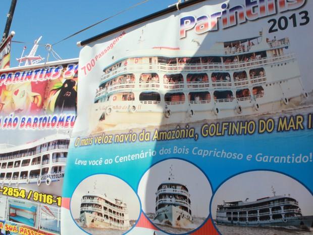 """Cartazes anunciando pacotes para Festival de Parintins """"decoram"""" Manaus Moderna (Foto: Camila Henriques/G1 AM)"""