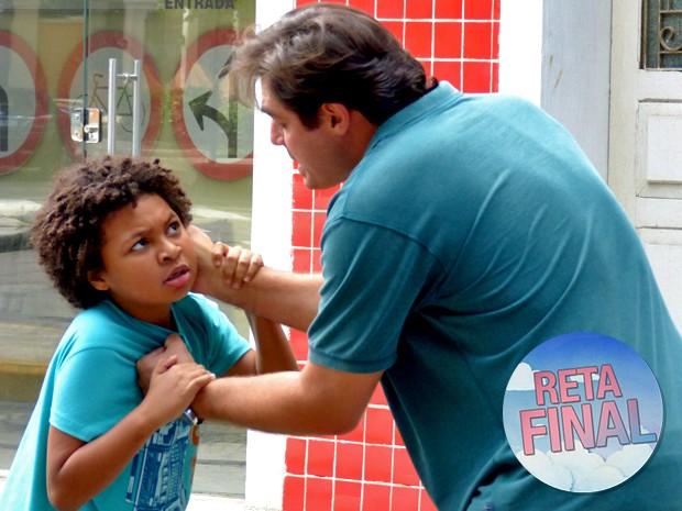 Marcos perde a paciência e chega a machucar Azeitona (Foto: Taís Moreno/ Gshow)