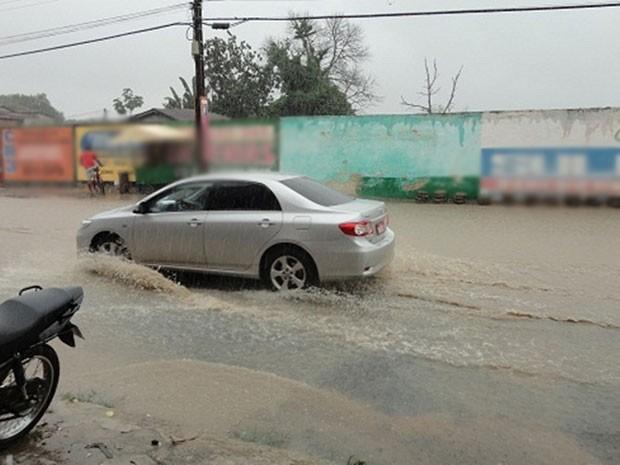 Chuva antinge a cidade de Teixeira de Freitas desde a madrugada de terça-feira (28) (Foto: Mirian Ferreira/Liberdadenews)