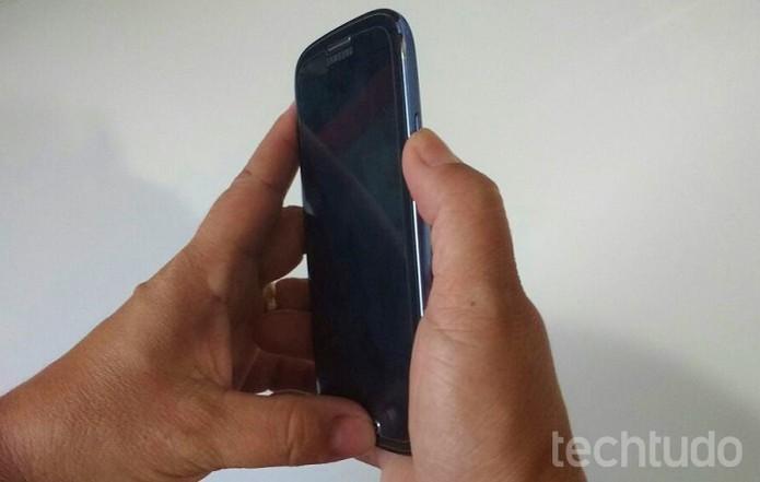 Aperte os dois botões juntos para fazer o screenshot no Galaxy S3 (Foto: Isabela Giantomaso/TechTudo)