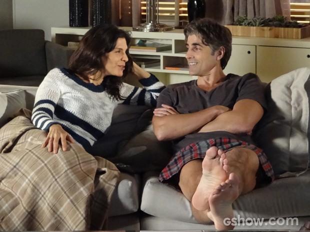 Cadu e Verônica compartilham gosto por filme (Foto: Em Família / TV Globo)