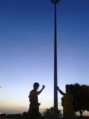 Atletas sofrendo com a escuridão no Parque Anauá (Foto: Davi Gomes Almeida)