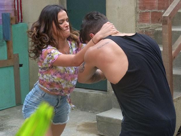 Bruna Marquezine e Caio Castro lutam em cena (Foto: Ariane Ducati/Gshow)