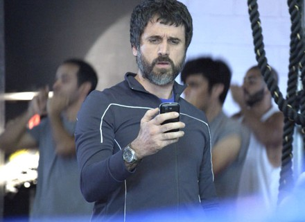 Gael vê mensagem de Duca no celular de Nat