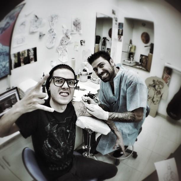 Pelanza fazendo tatuagem (Foto: Instagram / Reprodução)