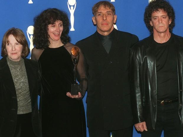 Lou Reed ao lado de outros integrantes do Velvet Underground durante a solenidade de indução da banda ao Rock and Roll Hall of Fame, no hotel Waldorf-Astoria, em Nova York, no dia 17 de janeiro de 1996. À partir da esquerda: a baterista Maureen Tucker, Ma (Foto: AP Photo/Joe Tabacca )