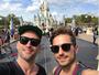 Paulo Gustavo visita a Disney com o marido: 'Encontrei meu príncipe!'