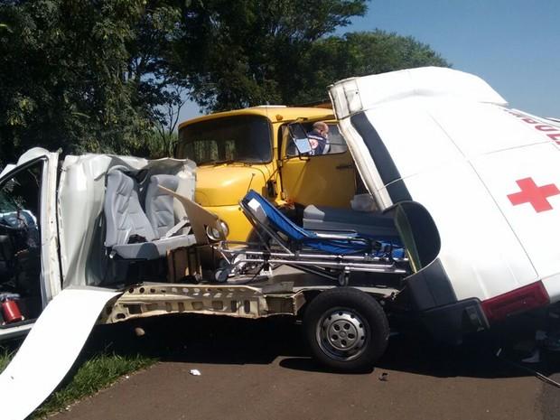 Parte da ambulância foi arrancada com o impacto da batida  (Foto: Jorge Luis)