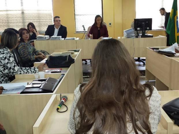 Mônica Pinto, ex-chefe da divisão de pessoal da Alepa e responsável pela folha de pagamento da casa legislativa, presta depoimento na Justiça nesta segunda-feira (30). (Foto: Glória Lima/TJPA)