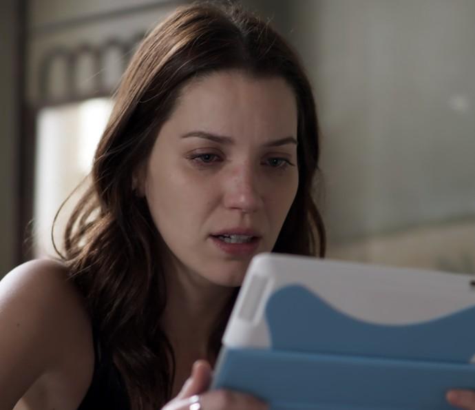 Júlia fica chocada ao ver o estado de Lorena (Foto: TV Globo)