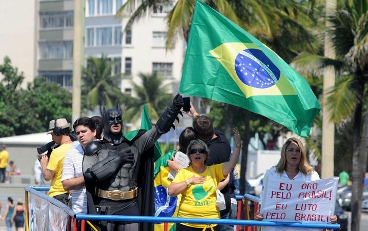 Manifestantes cantam o hino no alto de carro de som durante protesto na Avenida Atlântica