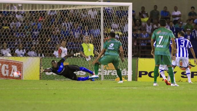 Jeferson se estica todo, mas não consegue impedir o primeiro gol do Coruripe (Foto: Ailton Cruz/Gazeta de Alagoas)