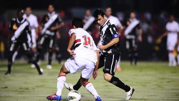 Jadson, do São Paulo, tenta passar por Renato Cajá, da Ponte Preta (Foto: Marcos Ribolli / Globoesporte.com)