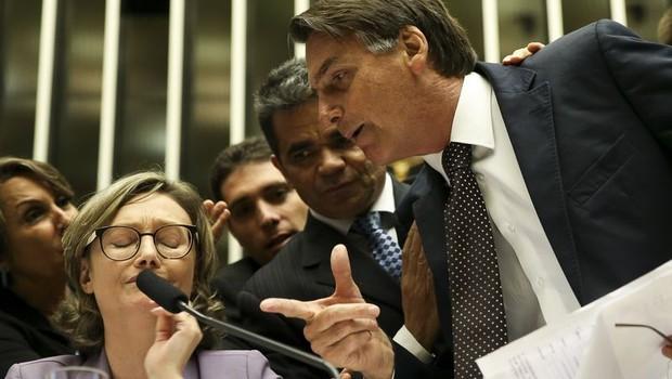 O deputado Jair Bolsonaro (PSC-RJ) argumenta com militantes da causa feminina durante debate sobre violência contra mulheres (Foto: Marcelo Camargo/Agência Brasil)