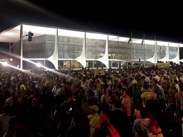 Manifestantes contra a nomeação de Lula como ministro se concentram em frente ao Palácio do Planalto, em Brasília (Foto: Alexandre Bastos/G1)