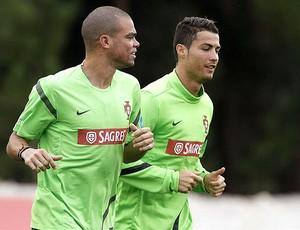 Cristiano Ronaldo e Pepe no treino de Portugal (Foto: Reuters)