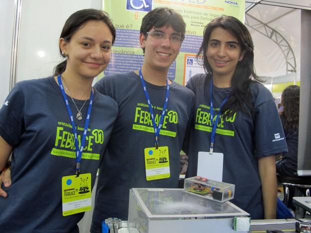 Alunos da Fundação Nokia de Ensino, em Manaus (AM), que criaram o protótipo para garantir vaga aos deficientes nos estacionamentos (Foto: Vanessa Fajardo/ G1)