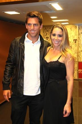 Danielle Winits com o namorado, Amaury Nunes, em estreia de peça no Rio (Foto: Cláudio Andrade/ Foto Rio News)