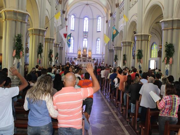 Devotos louvam durante missa dedicada a santa (Foto: Valdivan Veloso/G1)