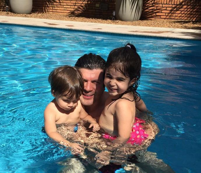 Paulo Ricardo curtindo os filhos na piscina (Foto: Arquivo pessoal)