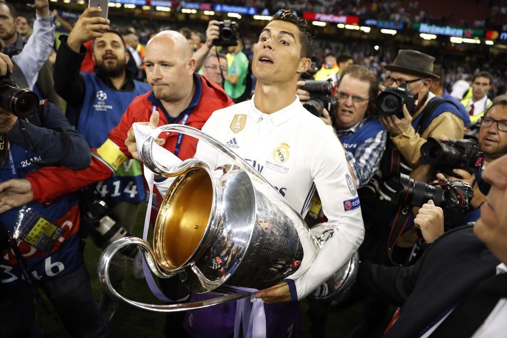 Vai levar para casa? Cristiano Ronaldo chega ao quarto título da Liga dos Campeões: um pelo United e três com a camisa merengue (Foto: Reuters)