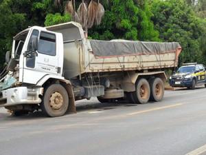 Caminhão carregado de areia colidiu com carreta na BR-242 (Foto: Blogbraga / Repórter Paiva)