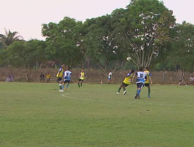 Jovens atletas treinam para conseguir uma vaga na seletiva dos clubes (Foto: Reprodução/TV Rondônia)