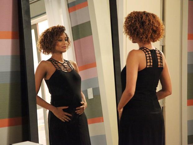 Jornalista aprecia a barriga no espelho (Foto: Carol Caminha/ TV Globo)
