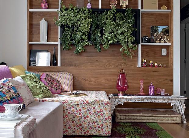 O jardim vertical é a estrela da sala da designer de interiores Amanda Borges. Da Quadro Vivo, ele fica no painel de madeira (Foto: Marcelo Magnani/Casa e Jardim)