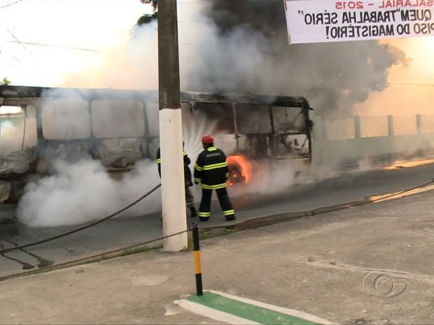 Ônibus incendiado no Mutange (Foto: Reprodução/TV Gazeta)