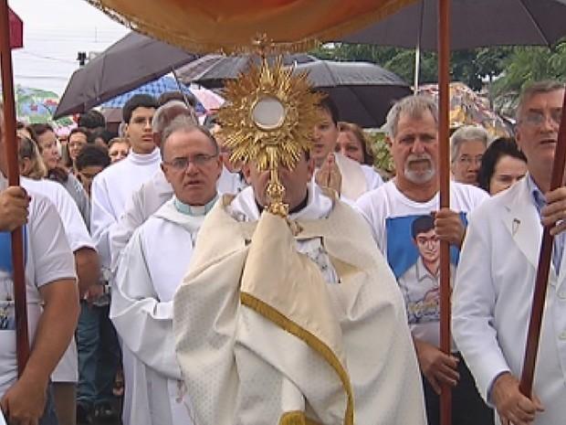 No ano passado nem a chuva atrapalhou a devoção dos fiéis em Ibitinga  (Foto: reprodução/TV Tem)