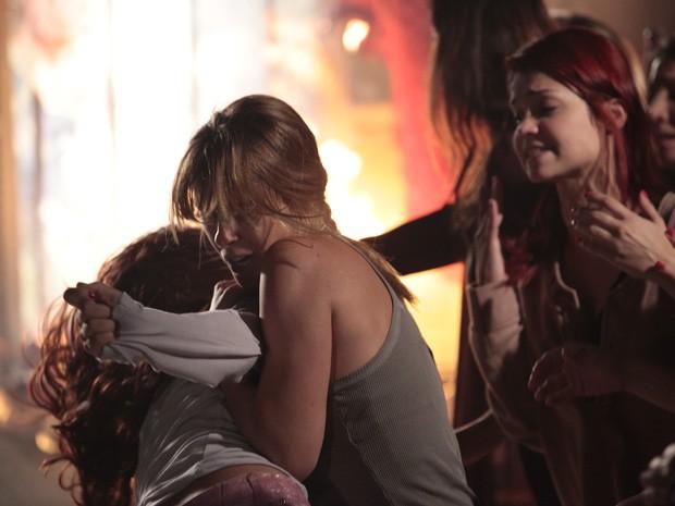 Jéssica não deixa Rosângela apagar o fogo (Foto: Salve Jorge/TV Globo)