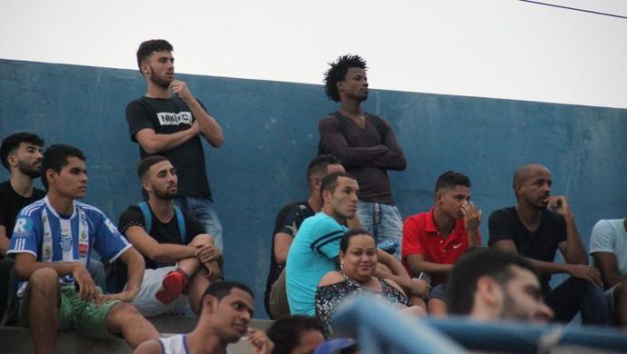 Novos jogadores assistiram jogo da arquibancada (Foto: Marcos Dantas)