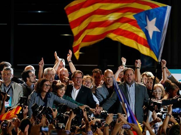O presidente da Catalunha, Artur Mas (centro), comemora vitória com líderes dos partidos separatistas da Catalunha neste domingo (27) em Barcelona (Foto:  REUTERS/Sergio Perez)