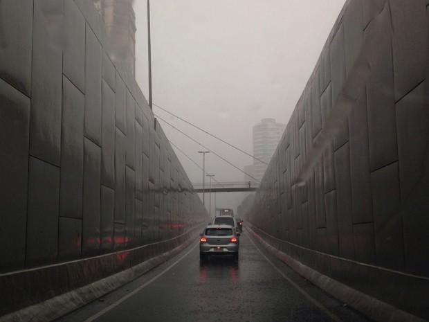 Chove próximo ao túnel de acesso à Ponte Cidade Jardim (Foto: Cintia Acayaba/G1)